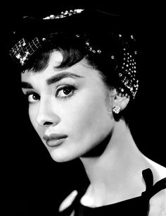 Portrait of the British actress Audrey Hepburn in the film Sabrina. USA, 1954 Get premium, high resolution news photos at Getty Images Audrey Hepburn Mode, Audrey Hepburn Photos, Aubrey Hepburn, Audrey Hepburn Tattoo, Sabrina Audrey Hepburn, Audrey Hepburn Makeup, Golden Age Of Hollywood, Classic Hollywood, Old Hollywood