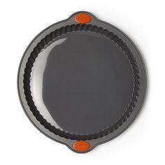 Moule à tarte Marmiton d'un diamètre de 24 cm en silicone gris. Surface antiadhésive permettant un démoulage et un nettoyage faciles, armature rigide intégrée et poignées pour une meilleure prise en main du moule. Il vous permet de réaliser avec succès vo