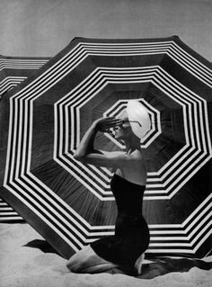 California beach graphics, Harper's Bazaar, Photo by John Engstead. Op Art, Black White Photos, Black And White Photography, Moda Pin Up, Vintage Photography, Fashion Photography, Travel Photography, Clothing Photography, Summer Photography