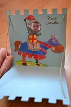 Carte danniversaire pour un petit chevalier - Du côté de chez Julou Vbs Crafts, Camping Crafts, Preschool Crafts, Dragon Birthday, Dragon Party, Castle Classroom, Castle Party, Medieval Party, Knight Party