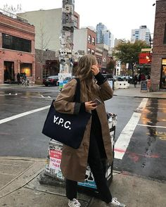 Find tips and inspiration to improve your life!fr Be Badass II Fashion & Lifestyle Autumn Polson Tania - Hijab Outfit, Ootd Hijab, Look Fashion, Winter Fashion, Fashion Outfits, Fashion Design, Fashion Mode, Hijab Chic, Trench Coats