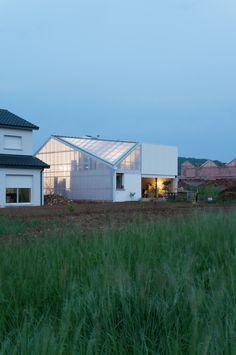 Construido en 2015 en Pulnoy, Francia. Imagenes por Ludmilla Cerveny. Un pabellón en una zona en desarrollo: el barrio exhibe banalidad y la compra del terreno elimina una importante parte del presupuesto. El proyecto...