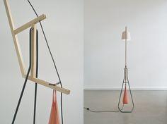 A floor lamp por aust & amelung, lámpara de pie en equilibrio Lámpara de pie que está basada en el simple mecanismo de una barra de equilibrio, funciona a modo de grúa mediante una bolsa de arena que ejerce el contrapeso