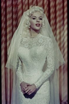 1958 bride, actress (pin-up, sex kitten, and Mariska Hargitay's mom) Jayne Mansfield See additional photos from her wedding to Mickey Hargitay on this earlier VintageBrides post. Glamour Hollywoodien, Hollywood Glamour, Old Hollywood, Wedding Bride, Wedding Gowns, Wedding Day, Budget Wedding, Wedding Ceremony, Wedding Tips