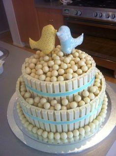 Bolo de Kit Kat de dois andares com dois passarinhos fofos no topo para festa de noivado. http://www.seuevento.net.br/uberlandia/artigos-e-dicas/21/03/2014/sugestao-de-bolo-para-festa-de-aniversario-bolo-kit-kat/