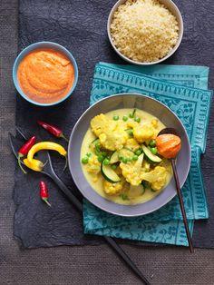 Karfiol-Zucchini-Curry I © GUSTO / Ulrike Köb I www.gusto.at Zucchini, Couscous, Thai Red Curry, Potato Salad, Potatoes, Vegan, Chicken, Ethnic Recipes, Food