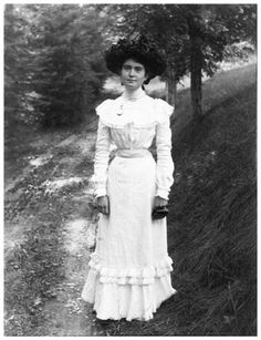 "๑ Nineteen Fourteen ๑ historical happenings, fashion, art & style from a century ago - ""Ethel Brewster"". Everyday life in Ontario, Canada, by Marsden A. 1900s Fashion, Edwardian Fashion, Vintage Fashion, Belle Epoque, Liberty, Fashion Tips For Women, Womens Fashion, Art Nouveau, Gibson Girl"