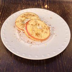 """""""Bagel"""" de Maçã com Requeijão e frutos secos"""