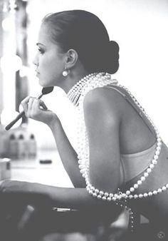 http://bullesdemode.tumblr.com/post/37037182470/inspiration-perles-lingerie-retro-boudoir