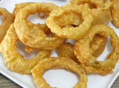 Crunchy, fried batter surrounding a ring of sweet Vidalia onion.and yet somehow gluten-free. You must try these Gluten-Free Beer Battered Onion Rings! Corn Flour Gluten Free, Gluten Free Beer, Celiac Recipes, Snack Recipes, Snacks, Deep Fryer Recipes, Beer Battered Onion Rings, Fried Peppers, Arrowroot Flour
