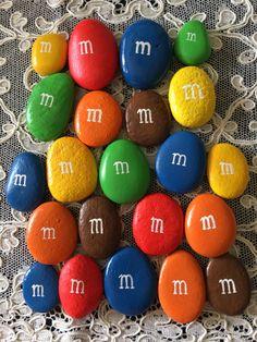 Peanut M&Ms Candy Painted Rocks - by GodsGlitter on Etsy Pebble Painting, Pebble Art, Stone Painting, Shell Painting, Painting Tools, Painted Rocks Craft, Hand Painted Rocks, Rock Painting Ideas Easy, Rock Painting Designs