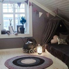 utnytte skråtak barnerom - Google-søk Cozy Bedroom, Kids Bedroom, My Dream Home, Diy For Kids, Barn, Nursery, Interior, Table, House