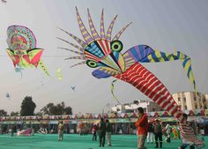 Gujarat celebrates International Kite Festival, also known as Uttarayan, during Makar Sankranti, which is one of the biggest festival here. This day is one of the most important harvest days in India. Go Fly A Kite, Kite Flying, Full Hd Wallpaper, Wallpaper Downloads, Chinese Kites, Jose Luis Sampedro, Kite Designs, Wind Chimes, Balloons
