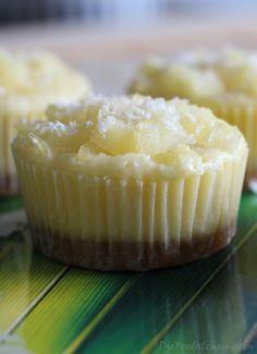 Versteckte Mini Cheesecakes in Ananas-Kokos Muffins ! Da treffen Muffin und Cheesecake zuammen… mit einem Hauch Urlaubsfeeling… zumindest für mich…zum Nachmittagskaffee oder als …