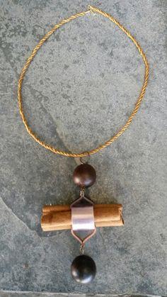 Colar com madeira e pau de canela