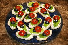 Ingredients: 15 thin slices of a baguette Cream Cheese (of your taste) a couple romaine lettuce leaves 8 cherry tomatoes 8 large pitted black olives Description: In the oven, broil the baguette sli… Cute Food, Good Food, Yummy Food, Ladybug Appetizers, Ladybug Snacks, Comida Baby Shower, Snacks Für Party, Food Decoration, Food Humor