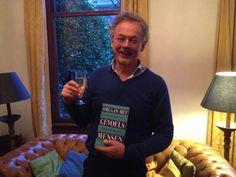 Auteur Sjaak Overbeek trots met zijn nieuwe boek 'Omgaan met gevoelsmensen'. Omgaan met gevoelsmensen is een praktische gids waarin Sjaak Overbeeke denkers en doeners leert om beter met andermans en eigen gevoelens om te gaan.  #omgaanmetgevoelsmensen #sjaakoverbeeke #futurouitgevers