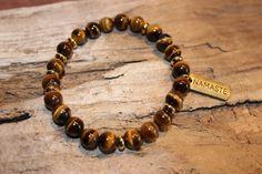 Bracelet ''Reconnaissance''  Bracelet fait de pierres semi-précieuse œil de tigre avec insertion de couleur or et pendentif de couleur or ''Namaste.''