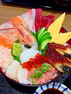 Seafood bowl of rice topped with Sashimi. Kaisendon 海鮮丼!