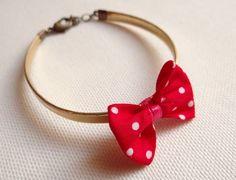 Bracelet doré avec mini noeud rouge à pois. http://hicetnunc-store.com/le-store/638-bracelet-noeud-rouge-a-pois-.html