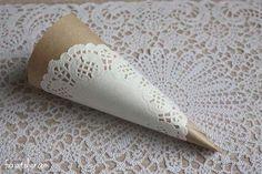 Hace conos de papel madera para el arroz y los pétalos