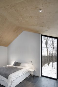 naturehumaine have designed the Bolton Residence, a house on a sloped site surrounded by woodlands in Quebec, Canada. naturehumaine have designed the Bolton Residence, a house on a sloped site surrounded by woodlands in Quebec, Canada. Plywood Ceiling, Plywood Walls, Wood Ceilings, Timber Ceiling, Home Interior Design, Interior Architecture, Interior And Exterior, Plywood Interior, Mountain Homes