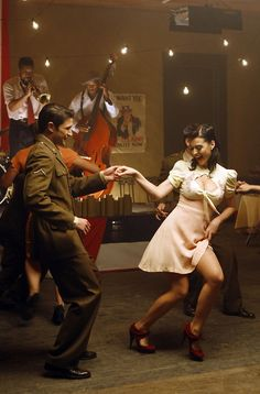 A lot of white dancers started dancing what they called the Jitterbug around the Second World War. The Jitterbug was just a nickname for the Lindy Hop. Lindy Hop, Lets Dance, Shall We Dance, Tango, Swing Dancing, Swing Dance Moves, Bailar Swing, Poses, Dance Like No One Is Watching