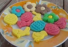 Húsvéti színes linzerek Édes Mézestől Easter, Cookies, Food, Crack Crackers, Easter Activities, Biscuits, Essen, Meals, Cookie Recipes