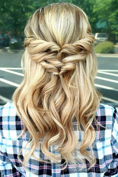 Halfup Hairstyle made with three topsy tails and a hiddencrown extension piece Prom Hairstyles For Short Hair, Box Braids Hairstyles, Bridesmaid Hairstyles, Vintage Hairstyles, Shory Hair, Hair Dos, Wavy Hair, Medium Hair Styles, Curly Hair Styles