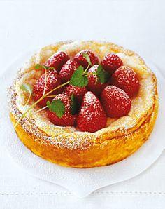 Käsekuchen ohne Boden mit frischen Erdbeeren und Zitronenmelisse - Rezepte - [LIVING AT HOME]