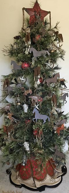 Cowboy Christmas Tree with horse,spur,steer skull,stars,sadd Western Christmas Tree, Outdoor Christmas Tree Decorations, Cowboy Christmas, Christmas Tree Themes, Rustic Christmas, White Christmas, Primitive Christmas, Primitive Fall, Primitive Crafts