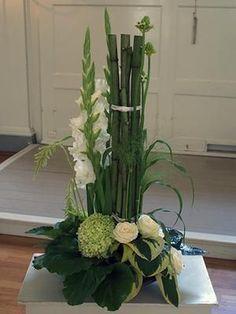 Risultati immagini per aspidistrablad vouwen Tropical Flower Arrangements, Church Flower Arrangements, Beautiful Flower Arrangements, Unique Flowers, Flower Centerpieces, Flower Decorations, Beautiful Flowers, Home Flowers, Church Flowers