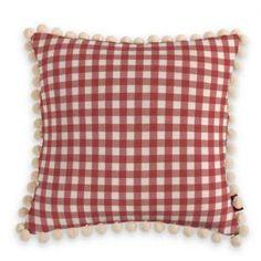 Diese rot-karierte Kissenhülle mit cremefarbenen Bommeln bringt einen Hauch von Landhaus auf Dein Sofa.