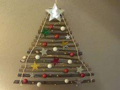 Un albero di natale fai da te con dei rami del bosco e tante decorazioni colorate handmade!