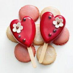 2012 - Sucettes Valentine d'Arnaud Larher  Sucettes à base de biscuit à la rose, garnies de crème vanille et de crème de rose, sublimée de morceaux de litchis.