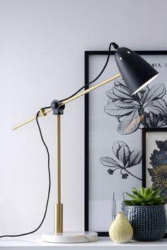 Vacker och stilfull bordslampa i trendig materialmix. Fot av marmor, ledad stång av mässingsfärgad metall (längd 60 cm) och skärm av plåt…