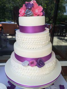Bruidstaart van Jelle en Chantal in thema paars waarin de structuur van de bruidsjurk terug komt in de taart. Prachtig gemaakt weer door www.cake5.nl