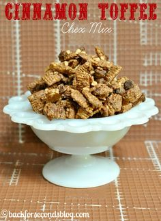 This Cinnamon Toffee Chex Mix is my one of my favorite no bake snacks! The crunc.- This Cinnamon Toffee Chex Mix is my one of my favorite no bake snacks! The crunc… This Cinnamon Toffee Chex Mix is my one of my favorite… - No Bake Snacks, Yummy Snacks, Delicious Desserts, Salty Snacks, Yummy Food, Healthier Desserts, Yummy Treats, Puppy Chow Recipes, Snack Mix Recipes