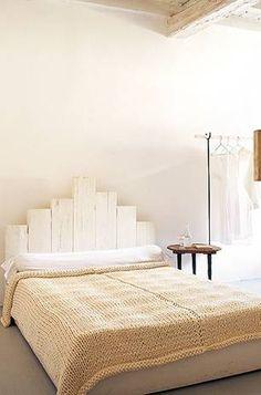Italien: Das Gästebett aus weiß gestrichenen Gerüstbrettern ist ein neuerer Entwurf. Die Decke darauf ließ Katrin Arens aus Wolljersey-Resten stricken, sie soll nun in Produktion gehen.