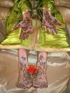 """Au Maroc, le henné est le marqueur récurent des moments festifs autant traditionnels que religieux. C'est un symbole d'embellissement incontournable que le bon sens populaire se plait à rappeler sous la forme d'un dicton connu : « mets-toi du henné, et Allah aura pitié de toi ». Tlagmasse etAmina sont des artistes expertes en henné qui peuvent s'enorgueillir du titre de """"Hannaya"""" (ou encore Nekacha, terme utilisé dans la région de Marrakech, ou encore Zayana, dans la région de Tanger)."""