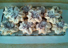 Kytičky s marmeládou recept - TopRecepty.cz Fruit, Food, Cracker Candy, Wafer Cookies, Crack Crackers, Biscuits, Essen, Meals, Yemek