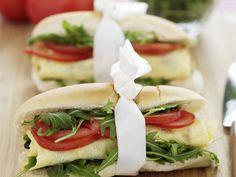 Baguette mit Rucola, Tomaten und Ei - smarter - Kalorien: 287 Kcal - Zeit: 25 Min. | eatsmarter.de Auch in Baguette macht sich Omelett gut.  Quasi to go!
