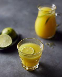 Lekker fris & fruitig is dit geel sapje met mango en ananas, geperst in een sapcentrifuge. Heerlijk gezond voor bij het ontbijt of als tussendoortje! Non Alcoholic Drinks, Cocktails, Blenders & Juicers, Happy Drink, Smoothie Blender, Alcohol Detox, Easy Smoothies, Infused Water, Vegan