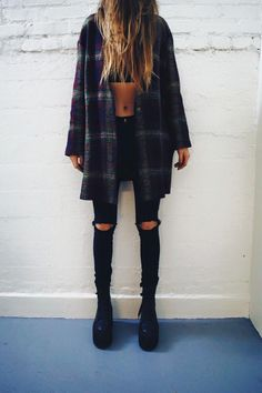 Cute fall outfit. Highwaisted jeans. Topshop jeans. Flannel fashion. Fall fashion. Cropped top. Black boots. Cute outfit for fall