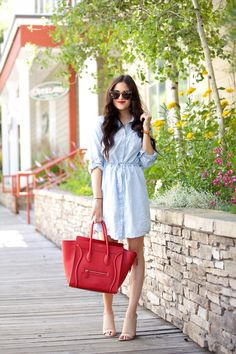 Summer Chambray Dress, red lipstick and bag and nude heels. Chic Summer Style, Casual Chic Style, Casual Street Style, Street Style Looks, Street Chic, Street Fashion, Chambray Dress, Pink Peonies, Yellow Roses