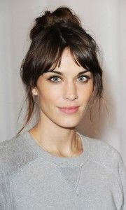 Alexa Chung wore her hair up in a high bun to attend the Mulberry show during LFW. I'm not always a fan of her 'none descript hair', but this is cute. Alexa Chung Fringe, Alexa Chung Hair, Alexa Chung Makeup, Hairstyles With Bangs, Pretty Hairstyles, Fashion Hairstyles, Style Hairstyle, Casual Hairstyles, Celebrity Hairstyles