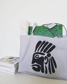 "Dans la série ""Chief"" voici le cabas XL en coton recyclé. Dessiné & serigraphié à 4 mains. Format idéal pour shopping, sport, playa et tutti quanti👌 Disponible sur notre e-shop ou à l'atelier Siblings, Voici, Sport, Shopping, Beauty, Budget, Atelier, Cotton, Deporte"