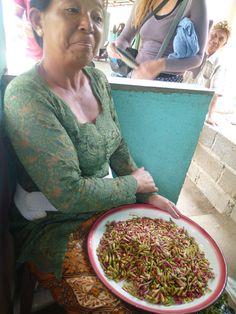 Al bajar, una señora nos enseña el clavo (especia), recién recolectado del árbol. #Bali #Indonesia