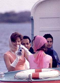 "jacquelinekennedys: "" American first lady Jackie Kennedy takes a photo while on a state visit with her sister Lee Radziwill, India, photograph by Arthur Rickerby. Jackie Kennedy, Les Kennedy, Jaqueline Kennedy, Lee Radziwill, Grace Kelly, Carolina Herrera, Elsa Peretti, Karl Lagerfeld, Por Tras Das Cameras"