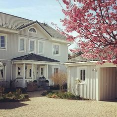 """Gefällt 406 Mal, 46 Kommentare - Conni (@vita_hus) auf Instagram: """"Endlich Frühling...."""" Shabby Look, Shabby Chic, Sweden House, Scandinavian Living, Country Style Homes, Entrance, Sweet Home, Home And Garden, Mansions"""